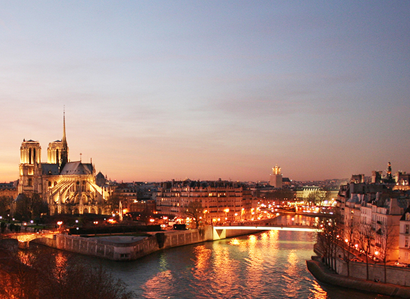 Paris is the most romantic city in the world,where lovers walk the banks of the Seine,or watch the sunset in front of the Notre Dame.In this city, Tour d'Argent has been serving royalties and celebrities from around the world for over 400 years,writing the pages of its history every day...